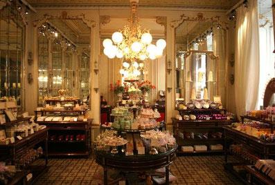 Die kunstvoll gestalteten Schaufenster und Vitrinen des einstigen k.u.k. Hofzuckerbäckers Demel locken mit Mehlspeisen und Süßwaren
