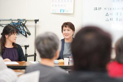 北九州市立田原市民センターで生涯学習講座中、スタッフの山根と話している画像