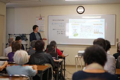 北九州市立田原市民センターで生涯学習講座中、スライドで説明するベリエストハート代表森川淳子の画像
