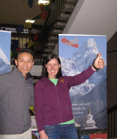 Namgel Sherpa mit Ines Papert am Stand der Aktion Solukhumbu Nepalhilfe e.V.