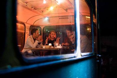 "Dreharbeiten zu ""Night Out"" im Cafe Pförtner, Regisseur Stratos Tzitzis, Schauspielerin Mara Scherzinger, Jens Weber, Thomas Kellner, Berlin"
