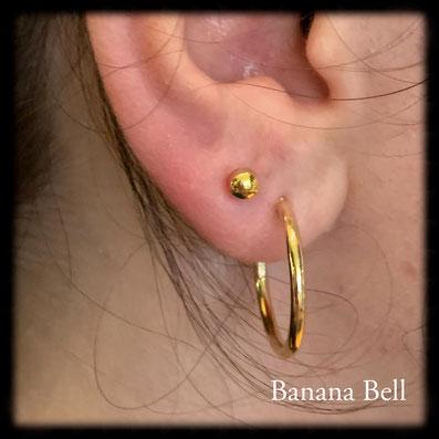 Piercing lobe avec bouton doré
