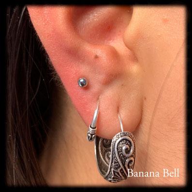 Piercing lobe avec mini bouton argenté