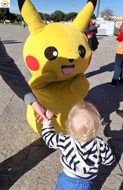 Erste Annäherung zwischen Samu und Pikachu.