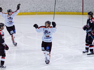 ゴールを喜ぶアイスバックス#13岩本選手