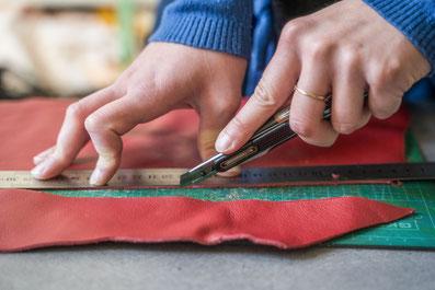 Travail du cuir artisanal. Au fil de Coline, création d'accessoires en cuir de récupération. Fait main à Montpellier. Sac à main, portefeuille, sac à dos, bijoux, besaces.