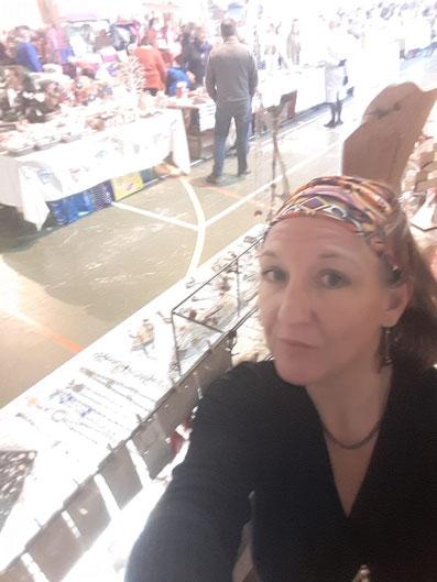 Cathy Massé, créatrice à Tawana Créations. Article de blog, Au fil de Coline, créations d'accessoires en cuir de récupération. Fait main à Montpellier. Sacs à dos, besaces blagues à tabac, portefeuilles sacs à main, bijoux...