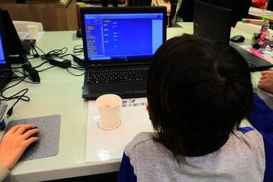ロボットプログラミングに挑戦中の子ども3