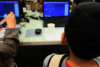 ロボットプログラミングに挑戦中の子ども4
