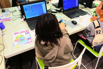 ロボットプログラミングに挑戦中の子ども2