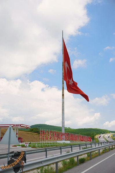 Doppelt so groß wie die Tankstelle: Die Türkeiflagge. Reicht trotzdem nicht, darum einfach noch 100 Flaggen davor...