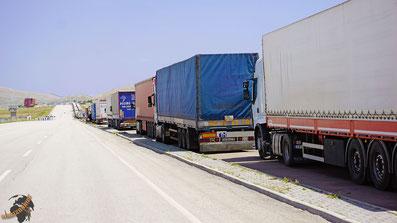 Die LKW stauen sich auf türkischer Seite dreispurig über 18 Kilometer vor der Grenze!