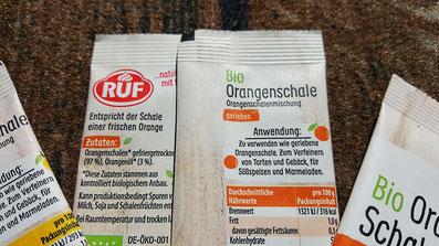 Backzutat: Zutatenliste der RUF Bio Orangen- und Zitronenschalenabrieb im Tütchen. Bild K.D. Michaelis