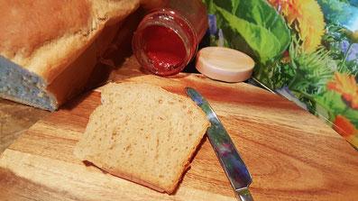 Scheibe des selbstgebackenen Dinkel-Weißbrotes Rezept-Vorschau für Backrezept aus Dinkel-Dreams 2 von K.D. Michaelis
