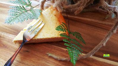 Rezeptvorschau auf einen selbstgebackenen besonders cremigen Käsekuchen mit schnellem Dinkelkeks-Boden nach einem Backrezept aus Dinkel-Dreams 2 von K.D. Michaelis
