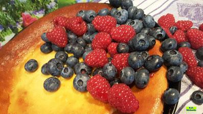 Cremig-lockerer selbstgebackener Käsekuchen mit einem Hauch Honig und frischen Früchten nach einem Backrezept aus Dinkel-Dreams 3 von K.D. Michaelis