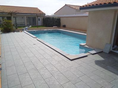 plage piscine réalisée en carrelage clair
