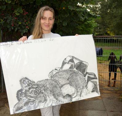 """Andrea mit ihrem """"Löwenbaby II"""" (70x100cm) Kohle auf Papier"""