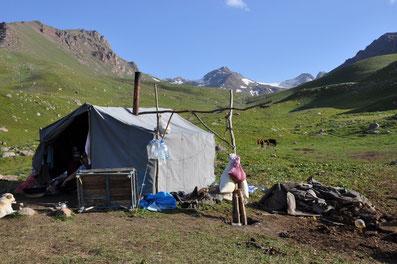 Sommersiedlung von Kyzyl-Oi, wo während der Sommermonate lokale Produkte hergestellt werden.  Bild Zäch.