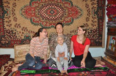 Die Ethnologin Katerina Zäch, links, mit kirgisischen Frauen, 2013.