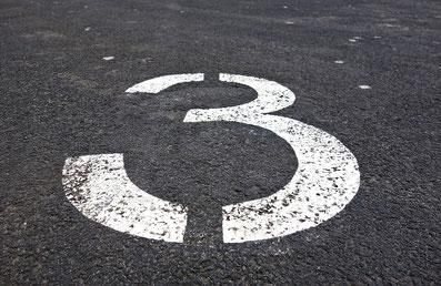 Auf diesem Bild ist eine drei auf einer Straße aufgemalt