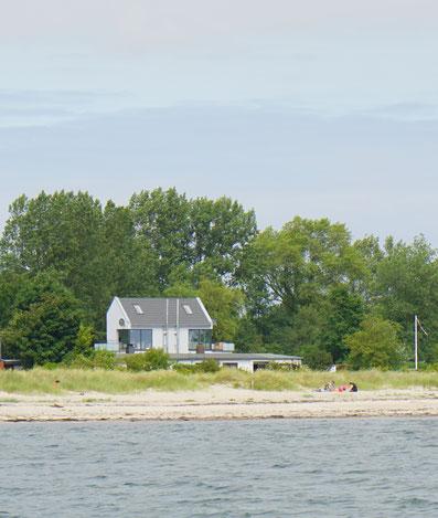 Blick vom Meer zum Ferienhaus Brückenblick  (die linke Haushälfte)