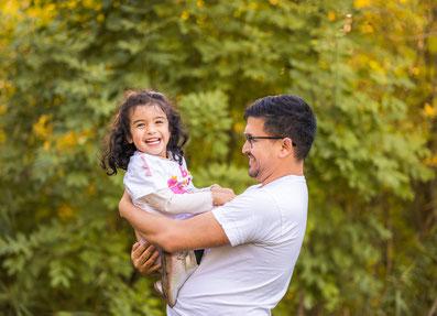Papa und Tochter malen