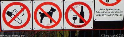Verbotsschilder auf dem Kinderspielplatz
