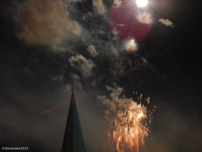 Zarahzetas Fotografie - Zivilisation, bizarres Feuerwerk am Nachthimmel ©Zarahzeta2015