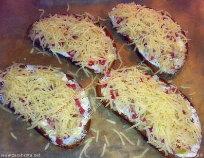 Vorbereitete Flammschnittchen mit Schinken und Käse