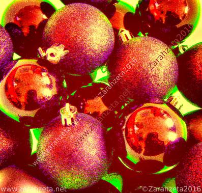 Rote Christbaumkugeln im Neonlook