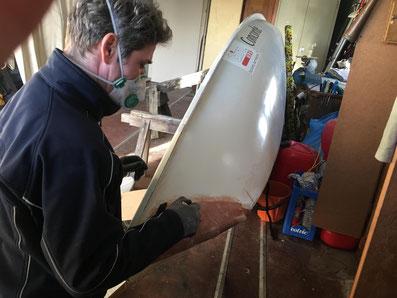 Trainer Marco Martens repariert eine Laser-Jolle