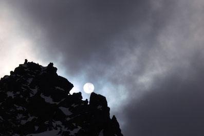 Die Sonne versteckt sich hinter Wolken in der Silvretta