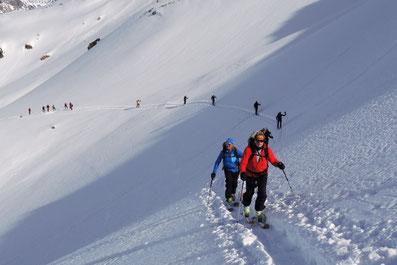 Sicherheitsabstand, Risikobewusstsein beim Skibergsteigen mit Bergführer in der Silvretta