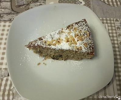 Torta alle banane, cioccolato e granella di nocciola come decorazione  con spolverata di zucchero a velo