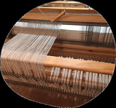 Rentrage des fils de chaîne sur un métier à tisser
