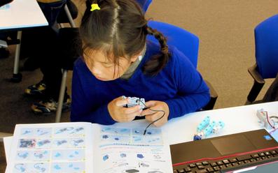 プログラミング授業風景子供2