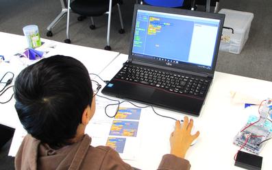 プログラミング授業風景子供1