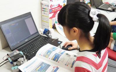 プログラミング授業風景子供3