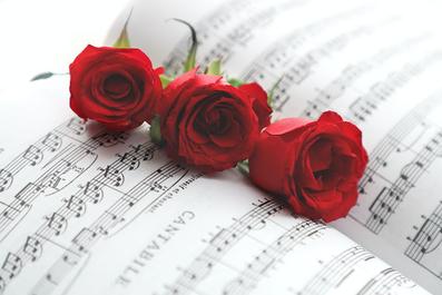 レースのリボンが結ばれた黄色のバラ。