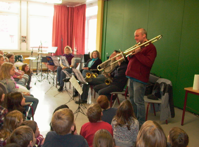 Präsentation der Blasinstrumenten in der Klasse