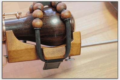 Der Stachel ist durch die Holzeinfassung geführt und ist in der Länge verstellbar.