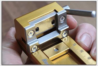 Die Rohrguillotine von Reeds 'n Stuff besitzt ein gerades Messer.