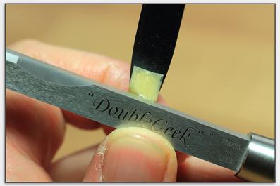Mit der Kante des Reed Geek lassen sich die Oboenrohre genau wie mit einem Messer bearbeiten.