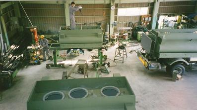 タンクローリー架装作業(工場内)