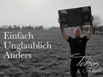 DJ Tobias Jechalik beim Musik auflegen