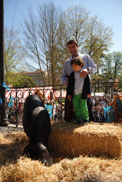 Daniel Berdasco, gerente de Benfer, junto a su hijo posan con la gocha Argentina