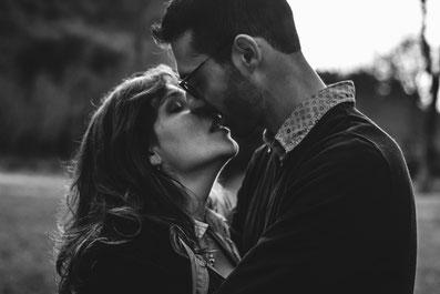 Séance photo couple baiser fougeux désir