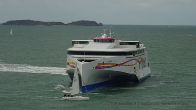 Condor Liberation performing a U-Turn in front off Saint-Malo's pier.