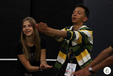 De jeunes comédiens de 9 pays travaillent ensemble en atelier de théâtre, mai 2018